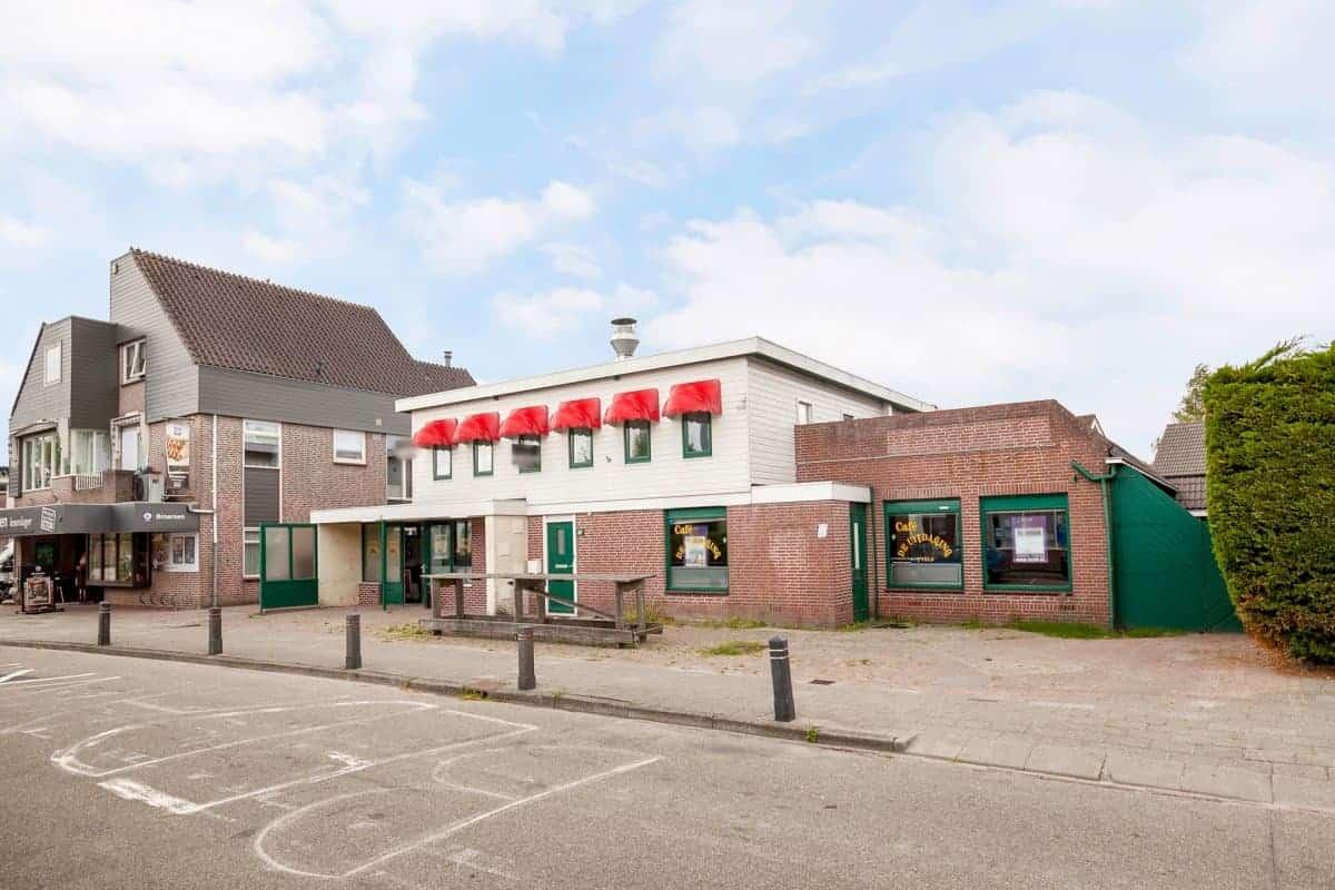 Café-zaal met snackbar en woning in 't Veld